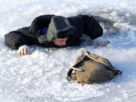 """""""Пингвины"""" купаются, рыболов провалился под лед"""