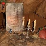 Памятная доска в пещере