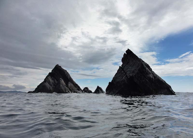 две симметричные пирамиды