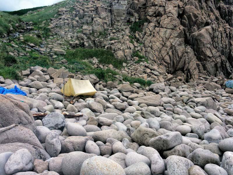 палатка на валунах